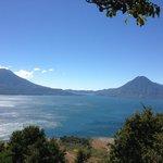 Lago y dos volcanes