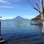 Lago y volcan