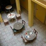 vue des tables du petit déjeuner