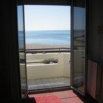 Vue d'une chambre avec balcon