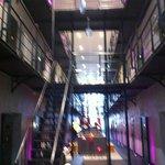 Het hotelgedeelte, alle celblokken behouden met sfeervol lounge gedeelte