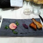 Foie gras marbré à la framboise, brioche tiède