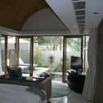 Blick aus der Villa auf die Terrasse mit Plungepool