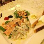 tris di carpacci:salmone,spigola,gamberetti e caviale con crostini al burro