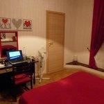 Zimmer mit Schreibtisch und Tür zum internen Bad