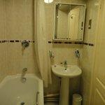 Banheiro confortável e muito limpo.