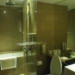 レインシャワーありのバスルーム