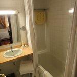 Banheiro limpo, claro e confortável.