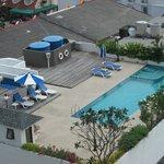 deuxième piscine sur le toit du second immeuble vue du couloir du 11éme