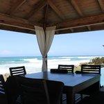 Беседка ресторана на самом берегу океана
