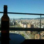 Arrivée à l'hôtel on peut profiter de la vue sur Barcelone avec une bière fraîche sortie du mini