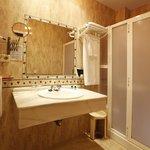 Baño completo con secador de pelo, espejo de maquillaje,amenities