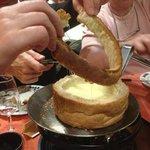 Partage de la rondelle de pain avec les amis, pour continuer a tremper dans le