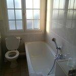 Une grande salle de bain, très propre.