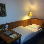 Das linke Bett in einem Zweibettzimmer