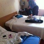 Kleine schone kamer met tweepersoonsbed en bijzetbed