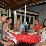 Cenando en la galería del Chalet junto a nuestros amigos brasileños y Marta :D