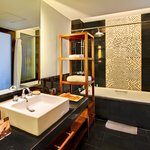premier deluxe gardens' bath tub