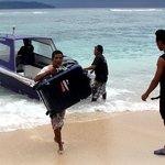 Arrivée sur la plage de l'hôtel en speedboat