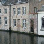 vista del frente del hotel sobre el canal