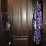 Шкаф и халат