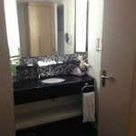 Il lavandino è al di fuori della stanza da bagno
