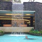 основной бассейн с водопадом, за которым фитнес зал и спа