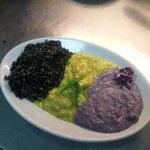 Tris Esotico di riso Venere saltato, Pollo al Curry e Purea di patate Viola