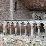 vista del claustro románico desde la plataforma exterior
