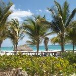vista della spiaggia arrivando dalle camere