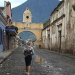 Visual da antiga passarela de freiras com vulcão ao fundo