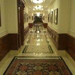 Un corridoio interno in un piano camere