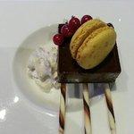 ganache de guanaja, sur biscuit chocolat au lait, chantilly cardamone