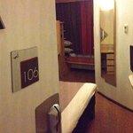 Blick ins Zimmer bei geöffneter Tür!
