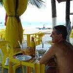 un almuerzo mirando el mar