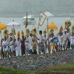Ceremonie aan het strand van Amed