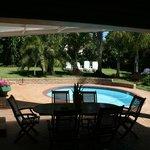 Blick aus unserem Zimmer auf die Terrasse/Pool