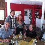 Sus Dueños, Carmen y Carlos en una mesa de clientes