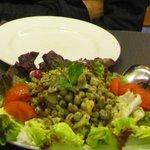 """ensalada """"mediterrània"""", con salteado de habitas, ajos tiernos, setas, alcachofa, aceite de ment"""