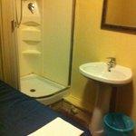 camera 315, c'è tutto il necessario ma se ti serve il gabinetto devi uscire dalla stanza