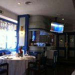 La presencia de un televisor estropea la imagen de buen restaurante. Deberían quitarlo.