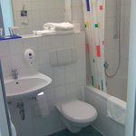kleines Bad mit Sitzbadewanne/Dusche