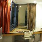 ベッドの周囲も狭く、ビジネスホテルサイズ