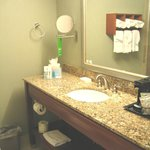 Sala de banho com toalhas e amenidades limpissimo