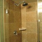 Excelente ducha sobre a banheira