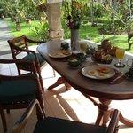 Frühstück auf der Terrasse von Shindu