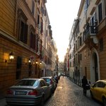 O Hotel fica numa rua estreita que se abre numa avenida que leva à Fontana di Treve e a restaura