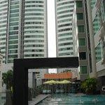 piscina y terraza-comedor al fondo