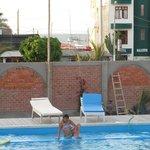 La piscina y detras el mar