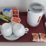 Bollitore con Thè, Caffè solubile, Camomilla e biscottini